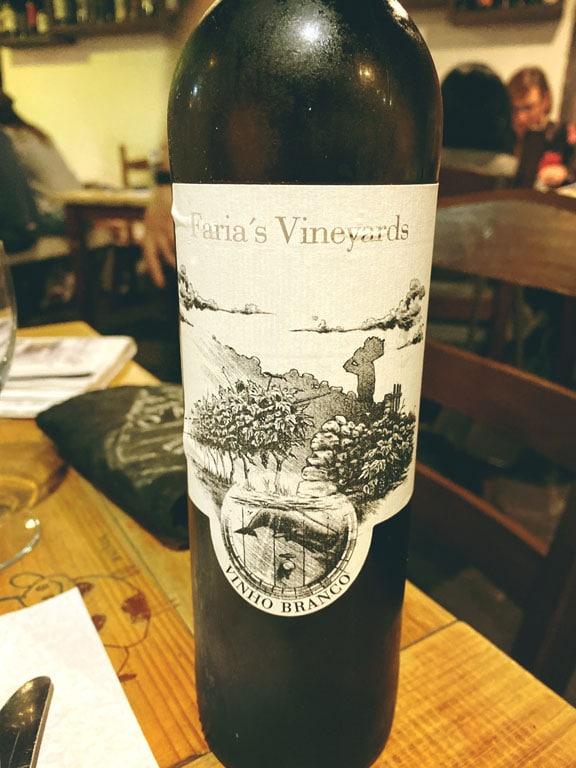 Vinho branco Faria's Vineyards na Ilha de São Miguel, Açores