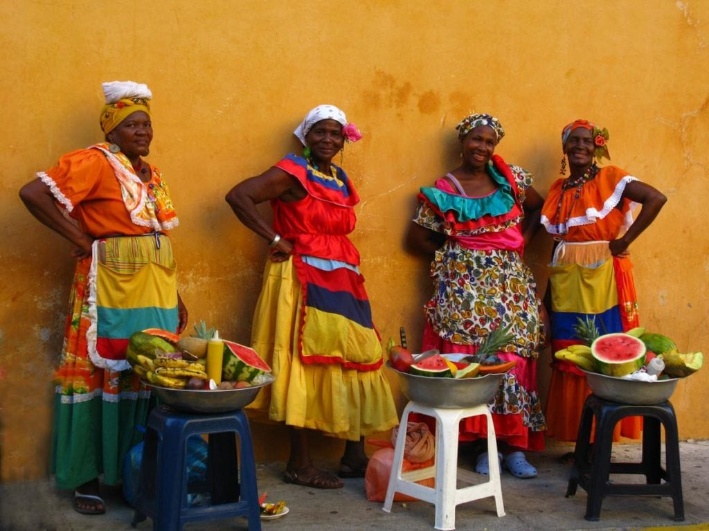 Mulheres de vestido tradicional da Colômbia