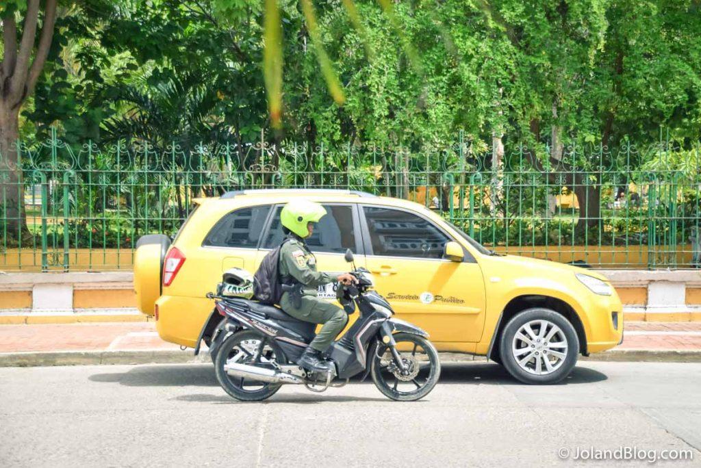 Táxi e policia em Cartagena na Colômbia