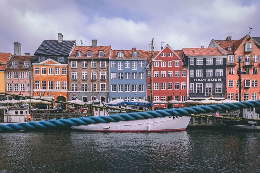 Canal em Copenhaga, na Dinamarca, um dos destinos mais seguros para viajar sozinha