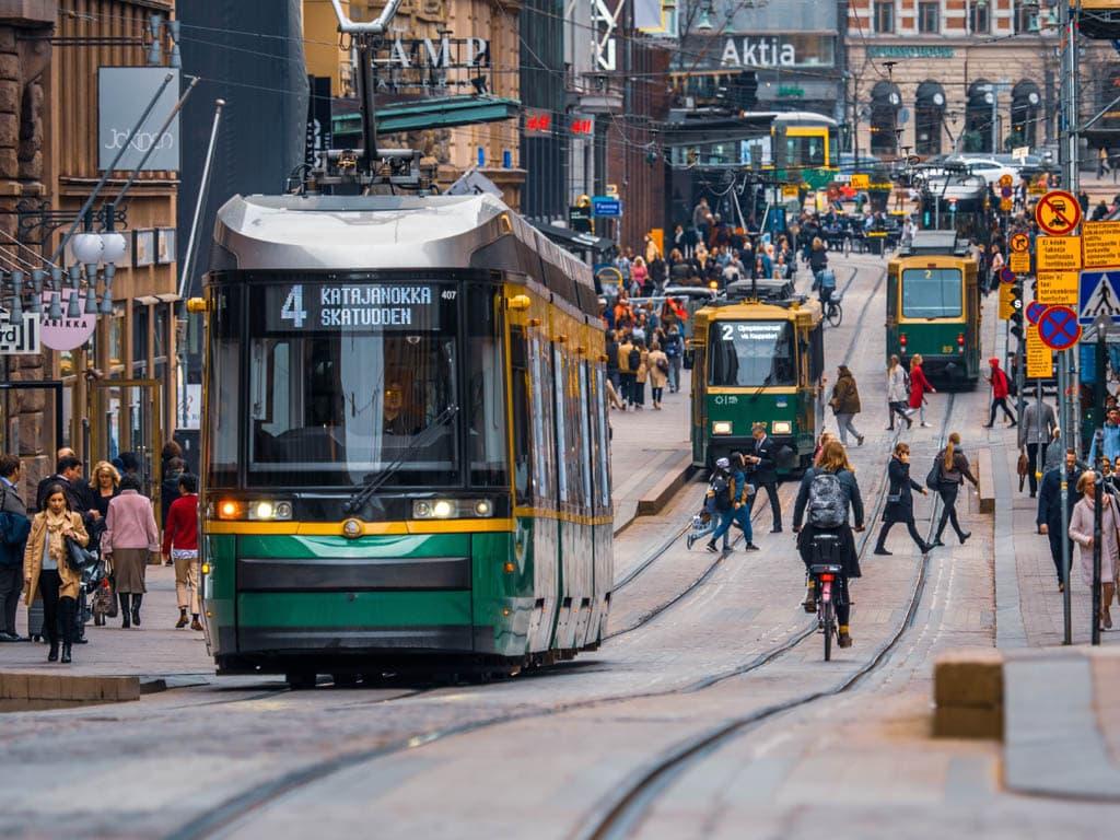 Rua movimentada na Finlândia, um dos destinos mais seguros para viajar sozinha