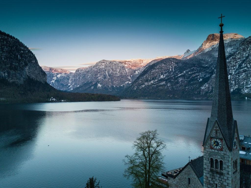 Vista sobre o lago em Hallstätt, na Áustria, um dos melhores destinos de Inverno da Europa