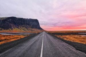 Estrada na Islândia, um dos destinos mais seguros para viajar sozinha