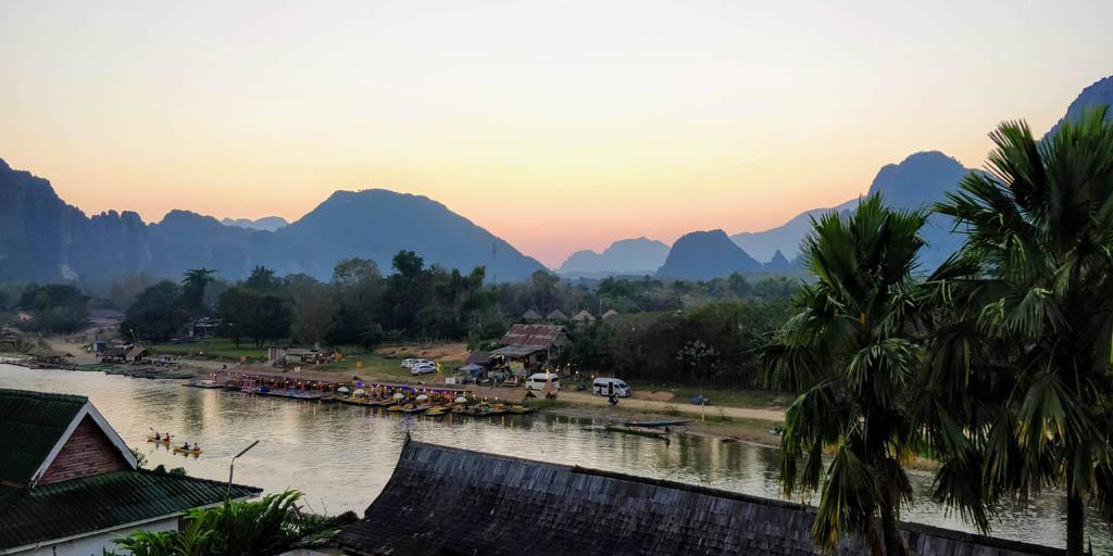 Vista sobre o rio e montanhas no Laos