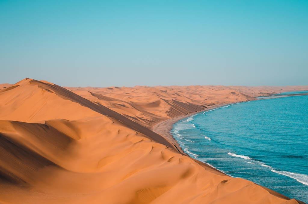 O deserto e a praia na Namibia, um dos destinos mais seguros para viajar sozinha