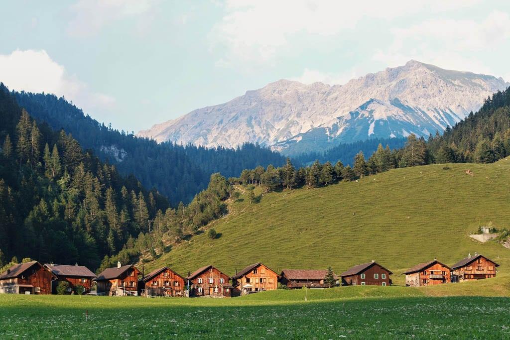 Paisagem natural na Suiça, um dos destinos mais seguros para viajar sozinha