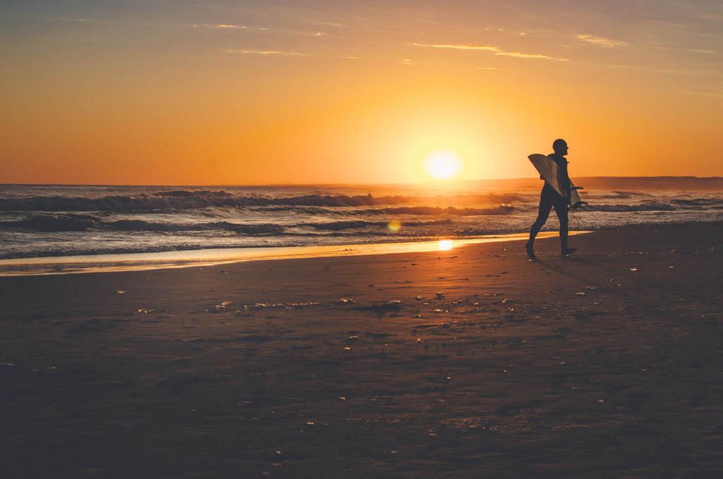 Surfista numa praia no Uruguai, um dos destinos mais seguros para viajar sozinha