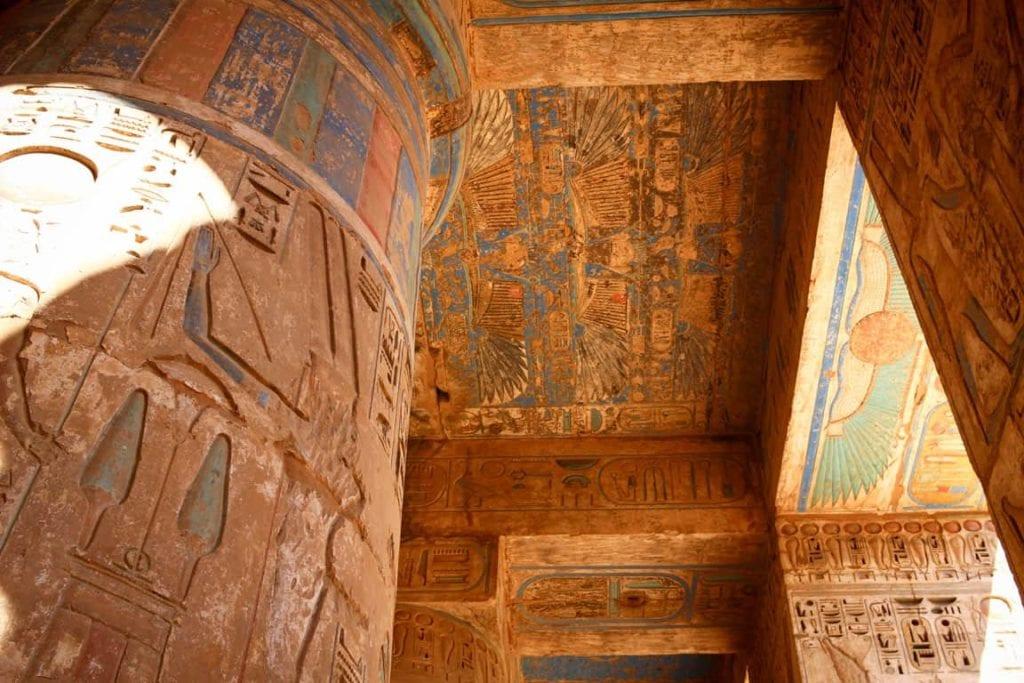 Hieroglifos num monumento no Egito