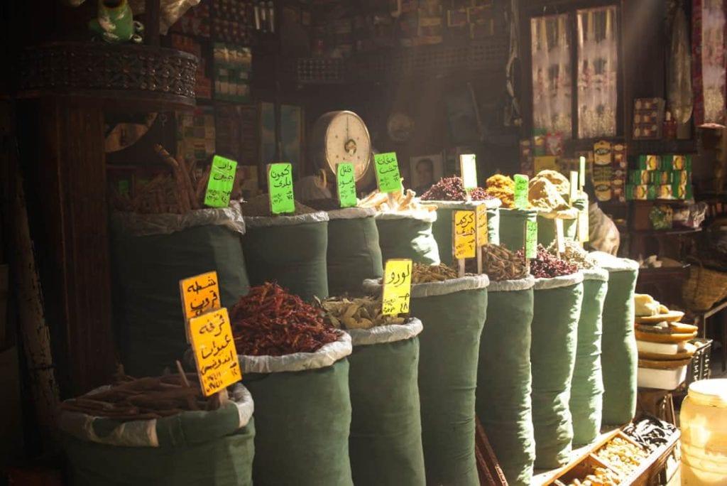 Pormenor de especiarias num mercado no Egito