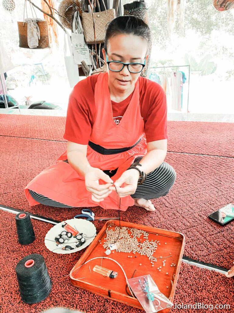 Artesã em Baan Kiriwong