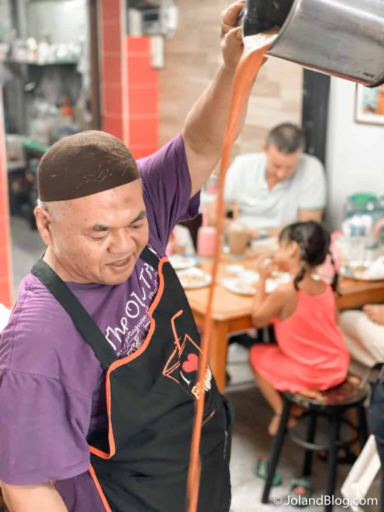 Preparação do chá tailandês no Restaurante Aroon em Phuket - Roteiro de Viagem pelo Sul da Tailândia